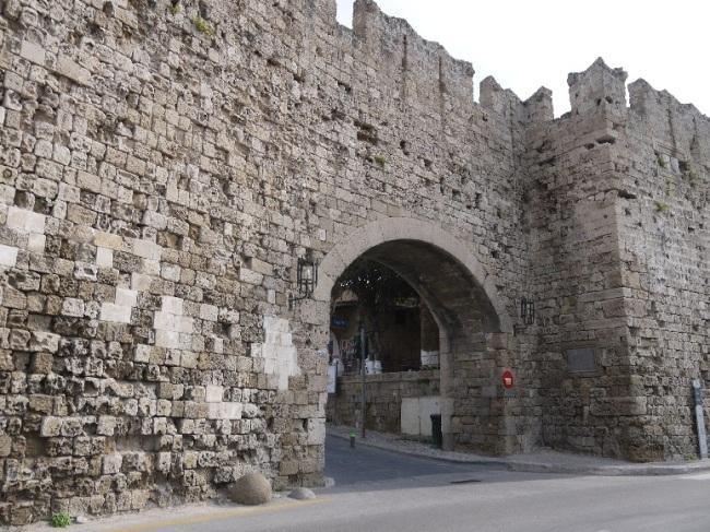 分厚く高い城壁